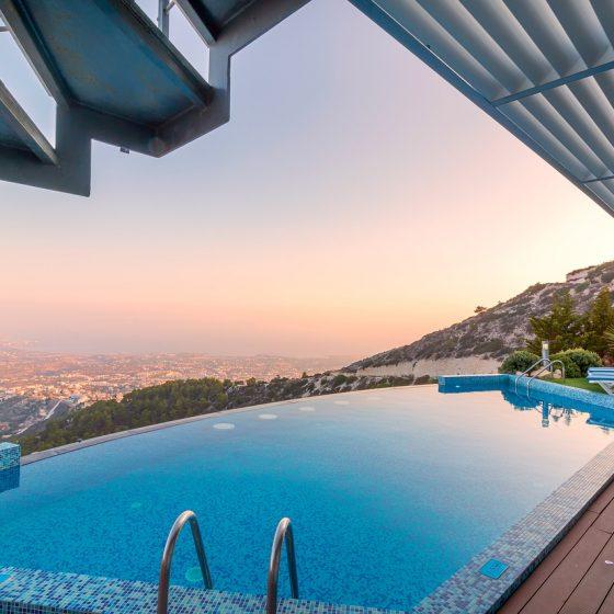 piscina a sfioro panoramica